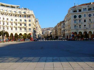 Η πλατεία Αριστοτέλους μετατρέπεται σε πλαζ!