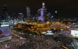 Η Πολωνία καθυστερεί μία σχεδόν καθολική απαγόρευση αμβλώσεων